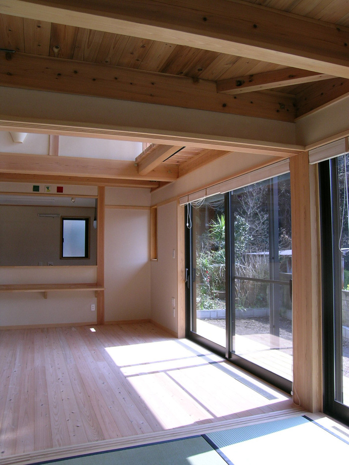 和室から居間を望む写真。ミルキーホワイトの土佐漆喰の壁がやさしさと清々しさを感じます