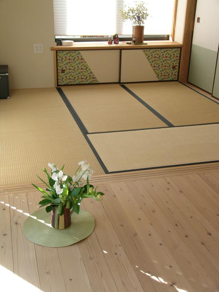 杉の床板と和室たたみの繋がり。地袋のふすま紙はお客様がご用意なさった千代紙