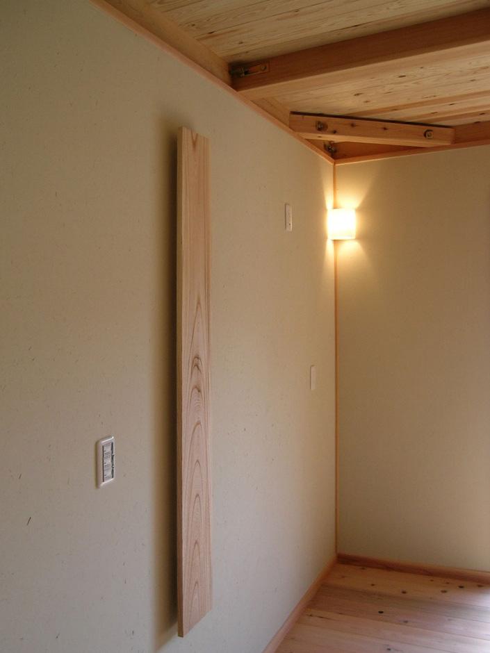 2階個室の珪藻土の壁には、飾り物を取り付けるためのケヤキの無垢の板を設置。お客様のご要望によります。
