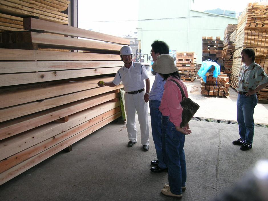 吉野杉の丸太材は柱・梁などに製材加工され、自然乾燥を行います。