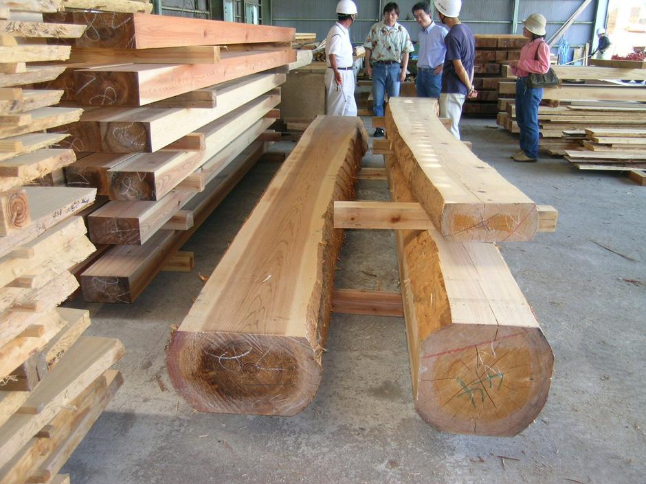 丸太材の両面だけを切り落とした太鼓落とし梁。丸太の曲面が残り木の自然な感じを残し表現。