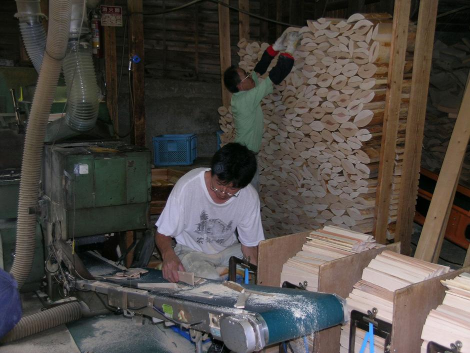 丸太材から切り落とされた曲面部分を持つ端材は捨てること無く、割り箸に加工されます。