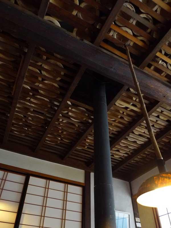 木材を天井上等で乾燥させる